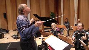 Kapellimestari Raimo Vertainen johtaa orkestaria.