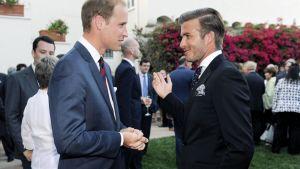 Prinssi William keskusteli David Beckhamin kanssa Britannian pääkonsulin järjestämillä kutsuilla Los Anglesissa.