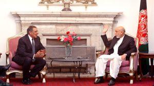 Leon Panetta ja Hamid Karzaikeskustelevat Kabulissa.