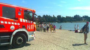 Herttoniemessä etsitään mahdollisesti veden varaan joutunutta lasta Tuorinniemen uimarannalla.