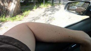 Autoilija ajaa kyynärpää ulkona ikkunasta.