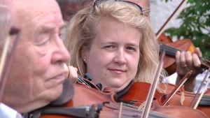 Anu Latvala soittaa viulua.
