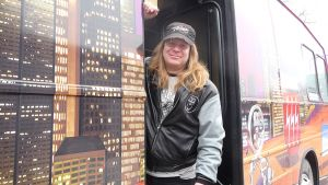 Pete Kiisseli Osmos Cosmos -yhtyeen keikkabussin ovella
