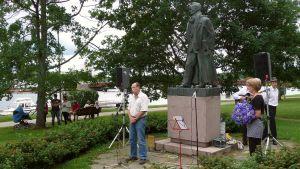 Kirjailija Joel Lehtosen patsas saa kukkia nimipäivänään.