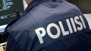 Poliisi tietokoneen ääressä.