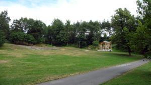 Alppipuiston paviljonki puolipilvisenä kesäpäivänä.