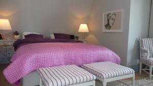 Kuvassa makuuhuone Kannustalon Aarre-kohteessa Asuntomessuilla