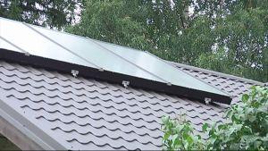 Aurinkopaneeli omakotitalon katolla.