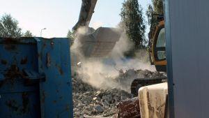Betonijätettä kauhotaan purkutyömaalla poisvietäväksi.