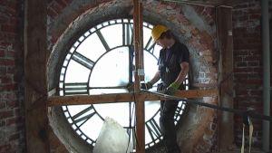 tornikello, kellon korjaus, kellotaulu ja mies