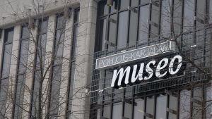 Museon nimikyltti seinässä.