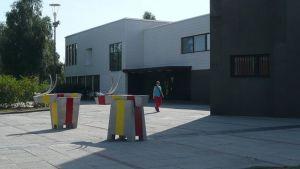 Rovaniemen kaupungintalo ja edessä betoniporot