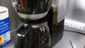 Kahvinkeitin ei kelpaa vedenkeittämiseen.