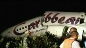Keskeltä katkennut Carribean Airlines -lentoyhtiön matkustajakone.