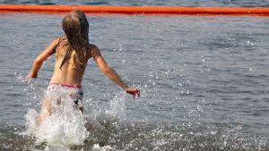 Lapsi uimarannalla