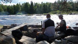 Paras keino viettää aikaa Koitelinkoskella on istua ja nauttia luonnosta.