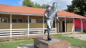 Jari Litmasen patsas on ollut useamman kerran ilkivallan kohteena.
