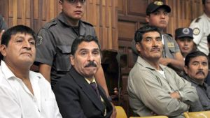 Daniel Martinez Mendez, Carlos Antonio Carias, Manuel Pop Sun ja  Reyes Collin Gualip osallistuvat oikeudenkäyntiin Guatemala Cityssä.