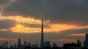 Maailman korkeimman rakennuksen Burj Khalifan silhuetti Dubaissa.