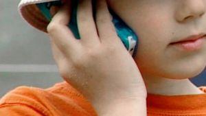 Lapsi kännykkä korvallaan.