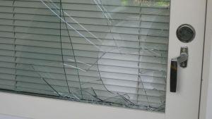 Rikottu oven ikkuna.