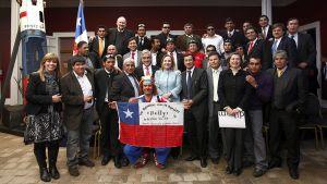 Chilen presidentti Sebastian Piñera poseerasi San Josén kaivoksesta pelastettujen kaivosmiesten ja heidän sukulaistensa kanssa.