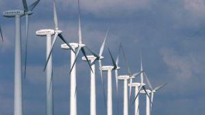 Tuulimyllyjä tuulienergiaa tuottamassa