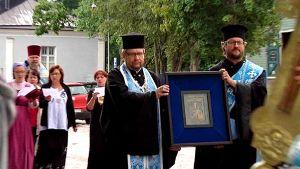 Jumalanäidin ikonia kannetaan ristisaatossa kirkkoon