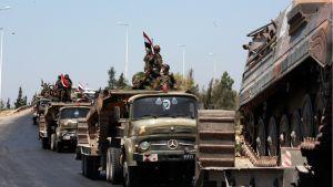 Syyrian armeijan ajoneuvot vetäytyvät Haman keskustasta.