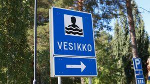 Joensuun Vesikko-uimalan kyltti.