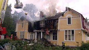 Klostret huvilan paloa sammutetaan Kauniaisissa.