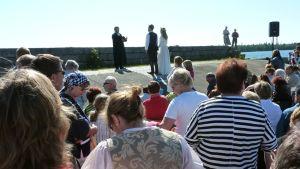 Yleisöä Mustaparta-esityksessä, taustalla Iisakki ja Ella papin edessä.