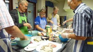 Kalakukkoja leivotaan keittiönpöydän äärellä.