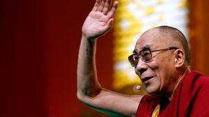 Dalai-lama tervehtii paikalle tullutta yleisöä Ranskan tapaamisessaan maanantaina.