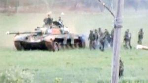 Tuntemattoman kuvaajan huhtikuussa ottama kuva Syyrian armeijan tankista ja sotilaista.