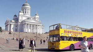 Turisteja Helsingin Senaatintorilla.