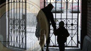 Kuvamontaasissa euro, äiti ja lapsi portilla.