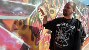 Tero Karvinen esittelee tekemäänsä graffitia.