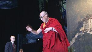 Dalai lama puhumassa yleisölle Espoon Areenassa.