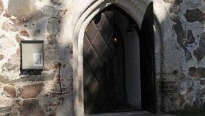 Janakkalan kirkon ovi odottaa lauantaina kaikkiaan 16 hääparia.
