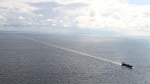 Itämerellä havaitti laivasta lähtevä öljypäästö.