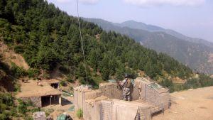 Afgaani rajavartia vartioimassa bunkkerissaan.