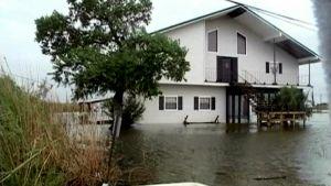 Tulvaveden saartama omakotitalo Louisianassa.