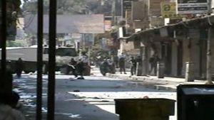 Syyrian turvallisuusjoukot hyökkäävät ja tulittavat kohti presidentti Assadia vastustavia mielenosoittajia.