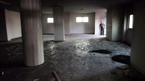 Palestiinalaismies tarkastelee osin palaneen moskeijan tuhoja.