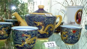 Teekuppeja ja -kannu.