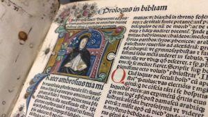 Venetsiasta peräisin oleva latinankielinen raamattu vuodelta 1480 on taidokkaasti kultakoristeltu.