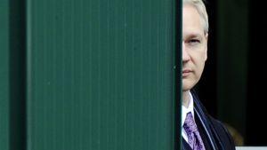 Julian Assange odottaa tiedotustilaisuutensa alkamista Lontoolaisen tuomioistuimen edustalla.