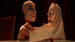 Lainsuojattomilla nähdään myös aikuisten nukketeatteria.  Kuvassa HOX Company & TEHDAS Teatteri: John-Eleanor.