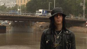 """Negativen Sami """"Hata"""" Salmi rokkaa ensimmäistä kertaa elämästään sillalla."""